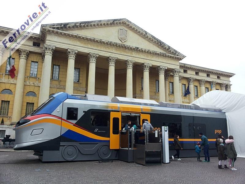 Il modello del Pop di Alstom davanti a Palazzo Barbieri sede del municipio scaligero